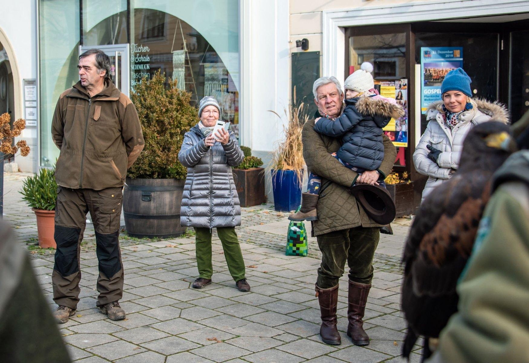 Jagdleiter und interessierte Besucher