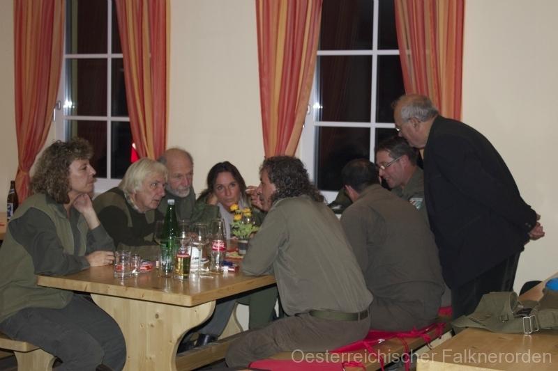 Am Abend wird in freundschaftlicher Runde geplaudert und gefeiert