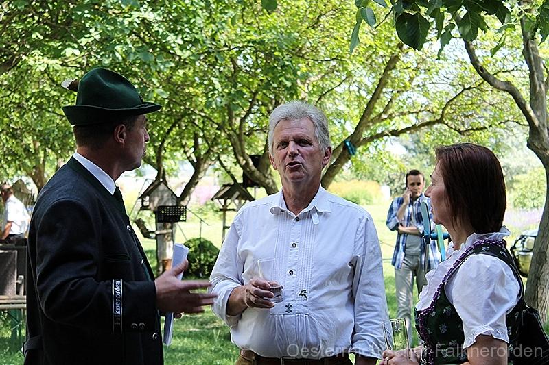 Auch ehemalige Bezirksjägermeister zählen zu den Gästen 21/50 Am Stand mit Falknereizubehör findet manch einer ein brauchbares Utensil
