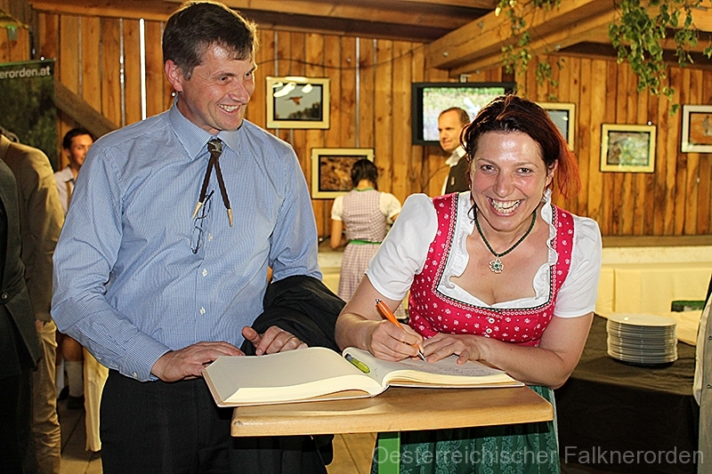 Alle Gäste tragen sich in das Ordensbuch ein