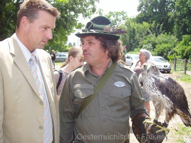 Auch Ebreichsdorfs neuer Bürgermeister Wolfgang Kocevar interessiert sich für die Greifvögel