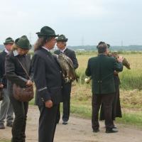 Der Jagdleiter begrüßt die Falkner und die Vögel