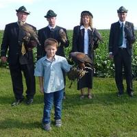 Die Falkner des ÖFO bei der Hubertusmesse mit angehenden Jungfalkner Daniel