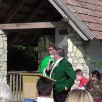 Der Jagdleiter Richard begrüßt die Gäste