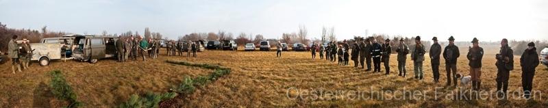 Jäger, Jagdhornbläser und Falkner brechen gemeindam auf zur Jagd