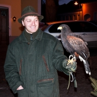 Der engagierte Revierführer darf auch selbst einen Beizvogel tragen
