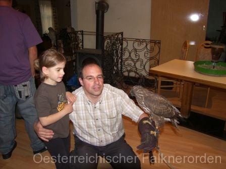 Vortragender für Wildkunde Johann Berthold mit Tochter und Mäusebussard