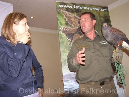 Martin vermittelt Wissenswertes über die Falknerei